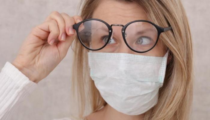 11 способов, как предотвратить запотевание очков при ношении маски